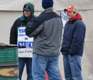 Sun Rype workers have been on the picket line since November 6. (Photo: Kelly Hayes)