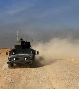 Iraqi forces pushed into a town near the Islamic State-held city of Mosul on Saturday.