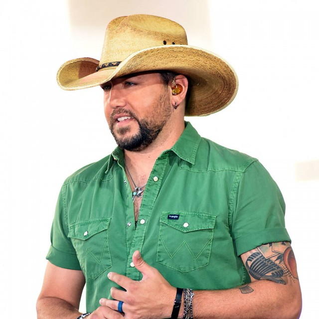 Jason Aldean does cold open for