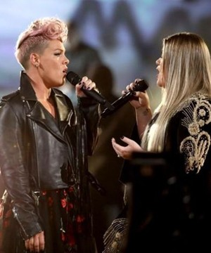 This year's American Music Awards was a reflection of the year in pop music, with women dominating the show, but not as nominees or winners.