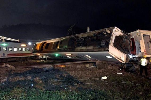 Taiwan train derailment kills 17, injures 120