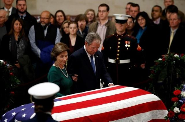Solemn public pays tribute as Bush lies in state in Rotunda