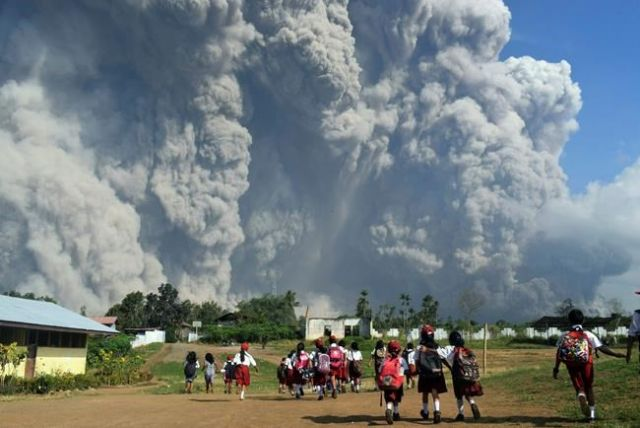 Mt Sinabung eruption leaves officials scrambling to hand out masks