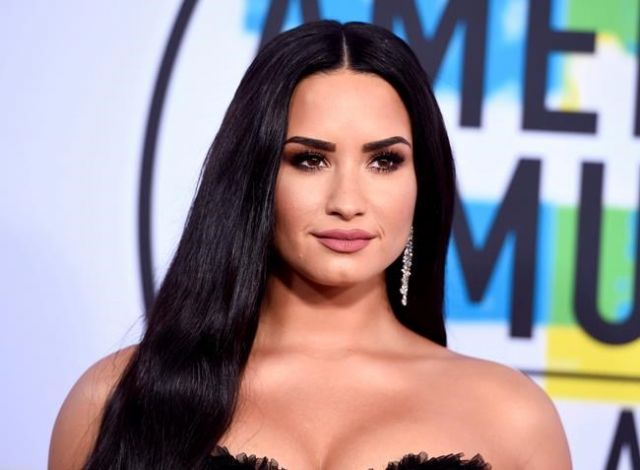 Demi Lovato Kisses & Straddles Kehlani During Concert
