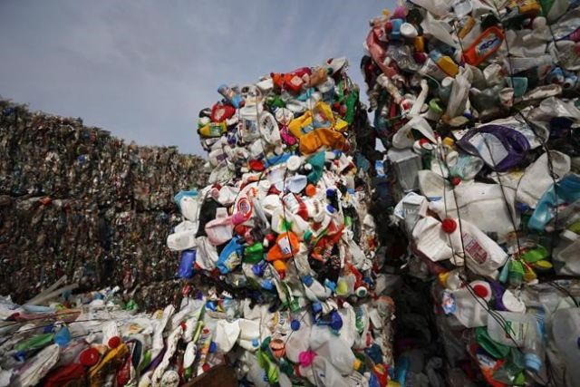 Feds to curb plastic use?